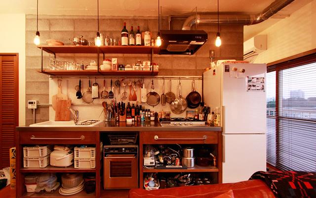 nuリノベーションの施工事例より、都内で金融関係の仕事をされているTさん宅をご紹介。中古マンションのリノベという形で、自分にぴったりの空間に住むことを選びました。Tさんらしい暮らしを実現するのは、人が集えて、料理を楽しめる空間でした。4