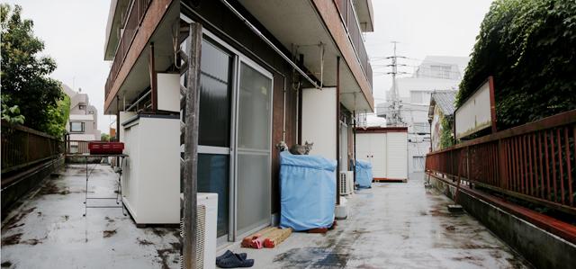 中野のシェアハウスのような家で暮らす、アニメとマンガが大好きな若き経営者の松尾務さんのベランダ_3