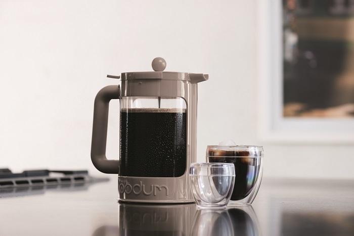 1944年創業、デンマークで生まれた名門キッチンウェアブランド「bodum」の新作の水だしコーヒーメーカーのご紹介です。いくつか淹れ方のあるコーヒーですが、本製品はbodum社の強みでもあるフレンチプレス方式を採用しています。本体容量が1.5Lと多めなので、たくさん作って冷蔵庫で冷やしておけば、いつでもヒンヤリおいしいアイスコーヒーが楽しめます。
