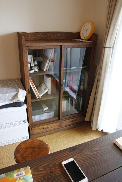 読書と本当DIYにこだわるおしゃれなカップルの同棲部屋のビンテージの本棚_9