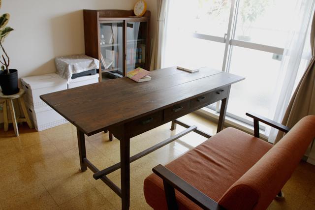 読書と本当DIYにこだわるおしゃれなカップルの同棲部屋の曾祖父から引き継いだダイニングテーブル_7