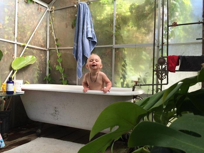 カリフォルニア州・サンタクルーズでゲルとトレーラーハウスを使ってタイニーでミニマルでエコに暮らすおしゃれな一家とかわいい赤ちゃん_10