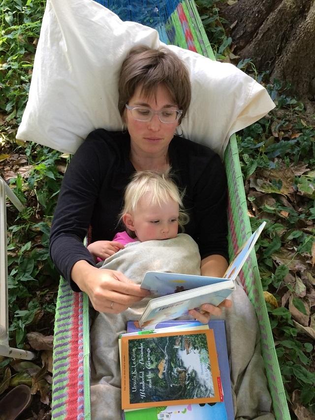 カリフォルニア州・サンタクルーズでゲルとトレーラーハウスを使ってタイニーでミニマルでエコに暮らすおしゃれな一家とかわいい赤ちゃん_7