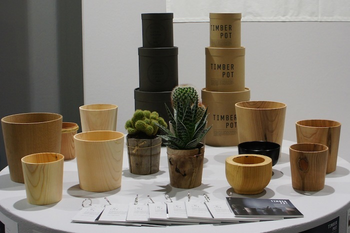 「土に還る」というコンセプトのもと、杉などの間伐材を丸太から削り出してつくられた「Timber Pot(ティンバー・ポット)」。生みの親は福井県河和田地区に拠点を構える「ろくろ舎」の酒井義夫さん。インテリアライフスタイル東京やヤングデザインアワードを受賞し、ドイツ・フランクフルトで開催された国際見本市「アンビエンテ(Ambiente)」にも招待されました。top