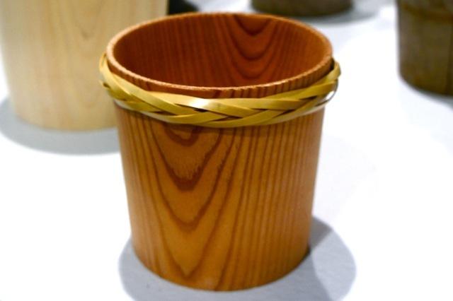 「土に還る」というコンセプトのもと、杉などの間伐材を丸太から削り出してつくられた「Timber Pot(ティンバー・ポット)」。生みの親は福井県河和田地区に拠点を構える「ろくろ舎」の酒井義夫さん。インテリアライフスタイル東京やヤングデザインアワードを受賞し、ドイツ・フランクフルトで開催された国際見本市「アンビエンテ(Ambiente)」にも招待されました。7
