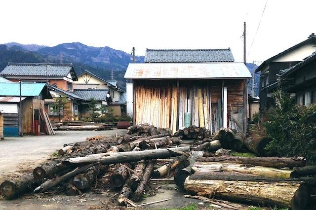 「土に還る」というコンセプトのもと、杉などの間伐材を丸太から削り出してつくられた「Timber Pot(ティンバー・ポット)」。生みの親は福井県河和田地区に拠点を構える「ろくろ舎」の酒井義夫さん。インテリアライフスタイル東京やヤングデザインアワードを受賞し、ドイツ・フランクフルトで開催された国際見本市「アンビエンテ(Ambiente)」にも招待されました。6