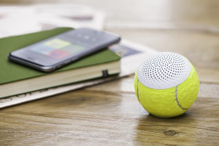 グランドスラムで使われているテニスボールの平均寿命は、なんと35分。そして一年間のボールの消費量23万個にも及びます。そうして消費されてしまった最高品質のボールに新しく命を吹き込むと、なんとワイヤレススピーカーになるんです。