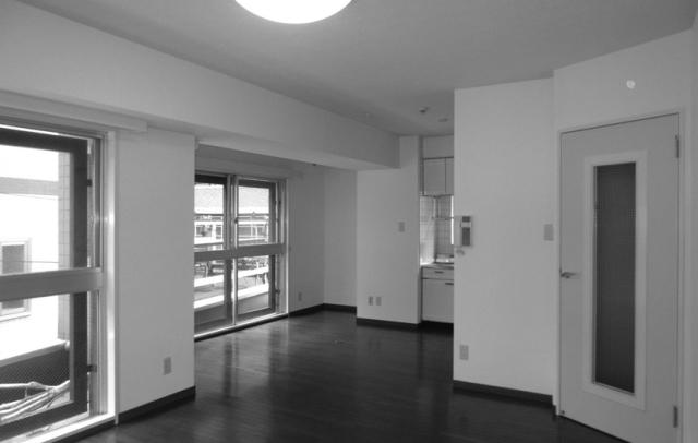 天井高と広さにこだわった中古マンションのリノベーション事例。「rough nude」をコンセプトにコンクリート現しや長い土間、インナーテラスなどで独特の空間を実現した、職場から近い夫婦二人住まいのゲストハウス的デザイン。2