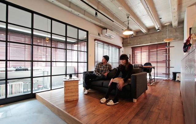 天井高と広さにこだわった中古マンションのリノベーション事例。「rough nude」をコンセプトにコンクリート現しや長い土間、インナーテラスなどで独特の空間を実現した、職場から近い夫婦二人住まいのゲストハウス的デザイン。6