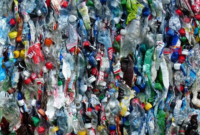 最近ではリサイクルの定着してきたように思えますが、プラスチックゴミのリサイクル率は、全体のわずか8%未満。残りはすべて海へと流されています。そんなプラスチックゴミを材料に「RePlast」という建材を作ったハワイのBYFUSIONというチームをご紹介。