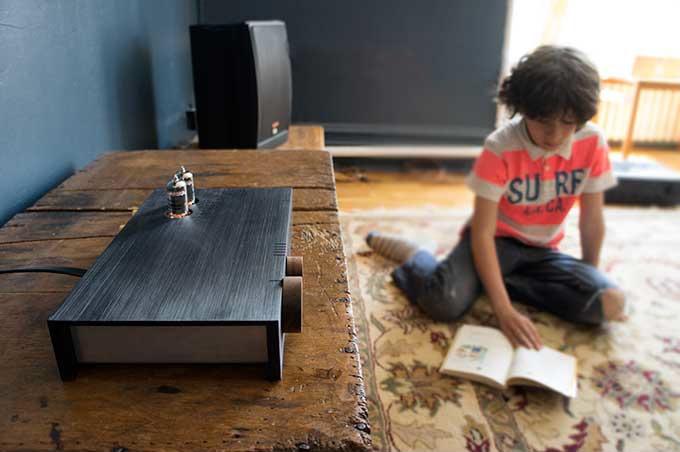 アナログとデジタルの調和。「見た目」と「質」を兼ね備えたオーディオ機器「The Billie Amp」は、レコードからBluetoothまでさまざまな記録メディア、デバイスに対応し、まるでそこにミュージシャンがいるかのような最高の音質を提供します。3