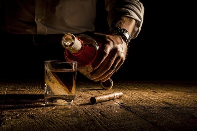 CORKCICLEによるWHISKEY WEDGEは氷を斜めに作れるウイスキー用グラスでおしゃれでホームパーティやプレゼントに最適なグラス_3