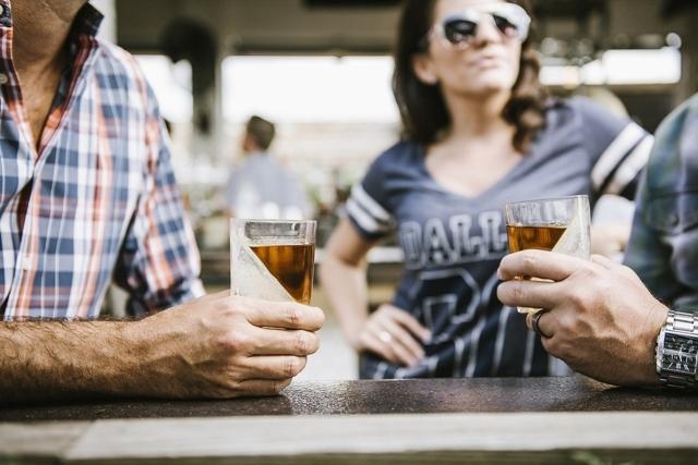 CORKCICLEによるWHISKEY WEDGEは氷を斜めに作れるウイスキー用グラスでおしゃれでホームパーティやプレゼントに最適なグラス_4