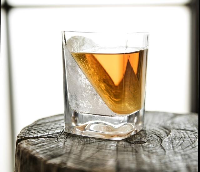 CORKCICLEによるWHISKEY WEDGEは氷を斜めに作れるウイスキー用グラスでおしゃれでホームパーティやプレゼントに最適なグラス_2