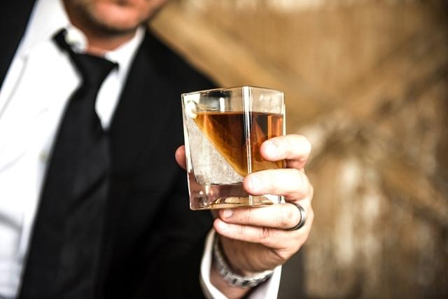 CORKCICLEによるWHISKEY WEDGEは氷を斜めに作れるウイスキー用グラスでおしゃれでホームパーティやプレゼントに最適なグラス_1