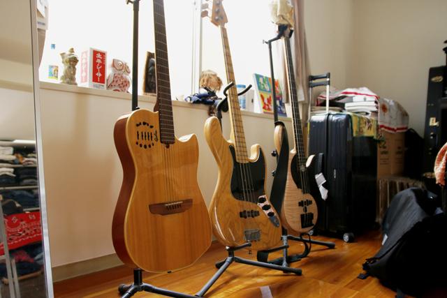 ギターとベースとワインとビンテージ服を愛する独身貴族の部屋のFodera(フォデラ)のベース_6