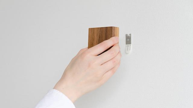 天然木の光センサー付き常夜灯「CALM」。両面テープフックを壁に貼るだけ、コンセント不要のUSBケーブル充電式なので、場所を選ばずに設置できます。停電時には非常灯としても使用できます。木目を楽しめる6.5cmのシンプルデザイン。3