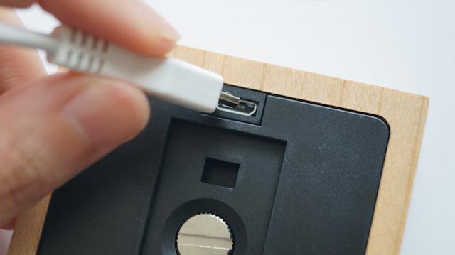 天然木の光センサー付き常夜灯「CALM」。両面テープフックを壁に貼るだけ、コンセント不要のUSBケーブル充電式なので、場所を選ばずに設置できます。停電時には非常灯としても使用できます。木目を楽しめる6.5cmのシンプルデザイン。4