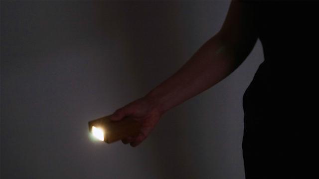 天然木の光センサー付き常夜灯「CALM」。両面テープフックを壁に貼るだけ、コンセント不要のUSBケーブル充電式なので、場所を選ばずに設置できます。停電時には非常灯としても使用できます。木目を楽しめる6.5cmのシンプルデザイン。5