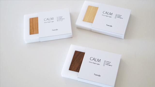 天然木の光センサー付き常夜灯「CALM」。両面テープフックを壁に貼るだけ、コンセント不要のUSBケーブル充電式なので、場所を選ばずに設置できます。停電時には非常灯としても使用できます。木目を楽しめる6.5cmのシンプルデザイン。6