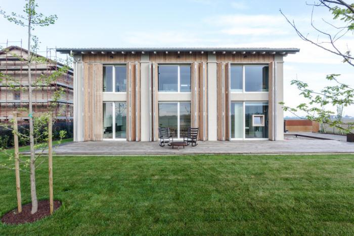 地震で損傷した納屋を快適でミニマルな住宅にリノベーションし、開放的にしたイタリアのARCHIPLANによるCASA EFFE-E_1