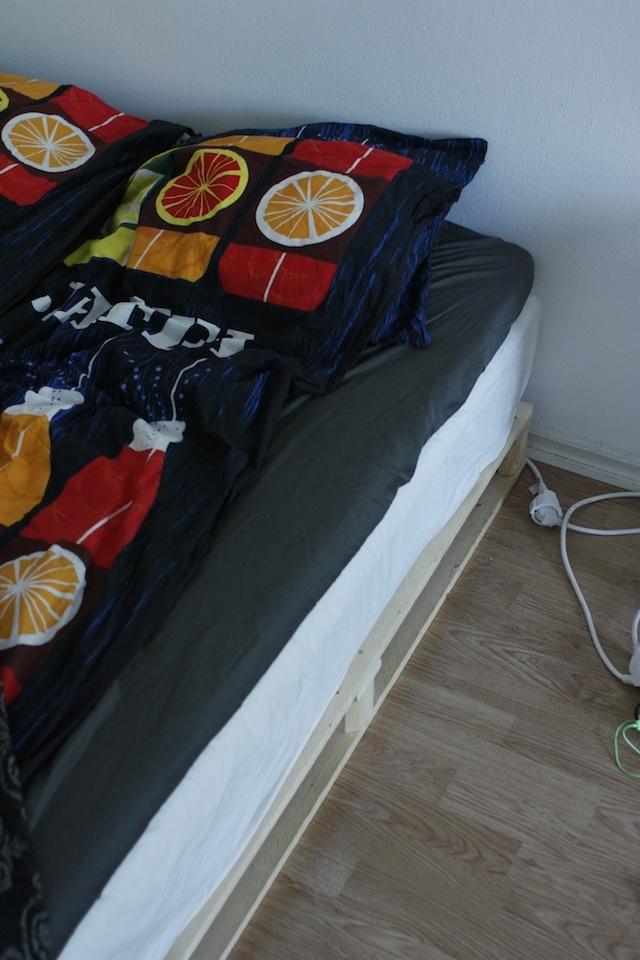 ギシギシうるさくない、安く手軽にできておしゃれな「木製パレット・ベッド」をDIY_3