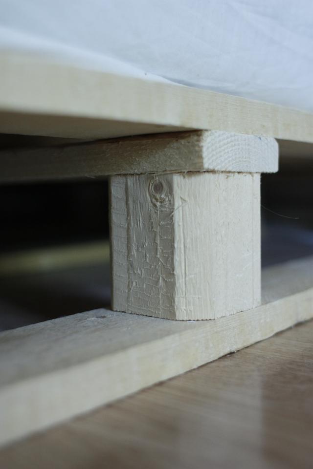 ギシギシうるさくない、安く手軽にできておしゃれな「木製パレット・ベッド」をDIY_4