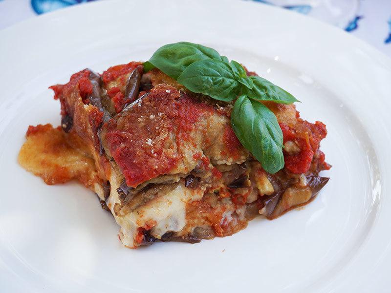 夏野菜のナスを贅沢にたっぷりにつかったレシピ「パルミジャーナ」は、イタリアはカラブリアとシチリアに伝わる郷土料理です。アク抜き、素揚げと少々手間はかかりますが、それだけの価値はあるごちそうレシピです。また、すべての食材にきちんと火を通すため、夏場でも日持ちがききます。イタリアでは、山や海に出掛ける時に持っていく方も多いそうですよ。