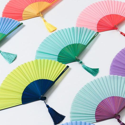 1585年、安土桃山時代に創業した日本の「セレクトショップ」が取り扱う扇子のご紹介。現代的なセンスを取り入れた扇子は、上品すぎず、カジュアルすぎずなグッドデザインです。夏の暑さは、はんなりと吹き飛ばしましょう。1