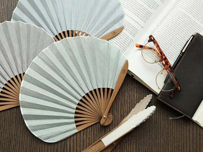 1585年、安土桃山時代に創業した日本の「セレクトショップ」が取り扱う扇子のご紹介。現代的なセンスを取り入れた扇子は、上品すぎず、カジュアルすぎずなグッドデザインです。夏の暑さは、はんなりと吹き飛ばしましょう