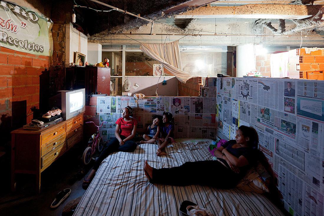 オランダ人フォトグラファーのイワン・バーン氏がTEDで紹介したのは、ベネズエラの「トーレ・デ・ダビ」という、思いもよらない場所で生活をする人々。3,000人以上が、未完成の廃墟ビルで暮らしているんです。建物内を走る専用のバイクタクシーや、フィットネスジムまで備えて、1つの街になっています。