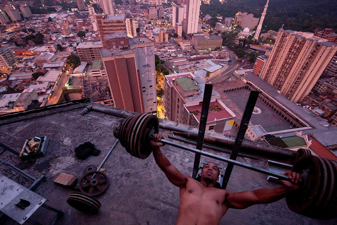 イワン・バーンによるベネズエラのスラム街であるトーレ・デ・ダビのTEDスピーチ_6