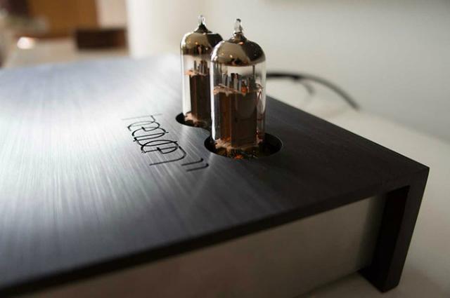 アナログとデジタルの調和。「見た目」と「質」を兼ね備えたオーディオ機器「The Billie Amp」は、レコードからBluetoothまでさまざまな記録メディア、デバイスに対応し、まるでそこにミュージシャンがいるかのような最高の音質を提供します。2