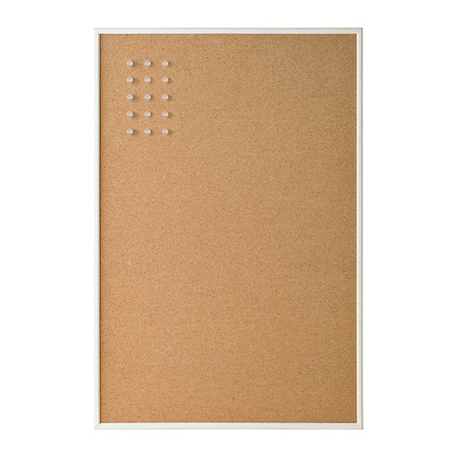 IKEAのコルクボードを巧みに使った、お手製の「見せるスパイス収納」のご紹介。スパイスをジップロックに入れ、壁に貼り付けるような感覚でコルクボードにピンで留めれば、キッチンのスペースをかなり節約できます。1