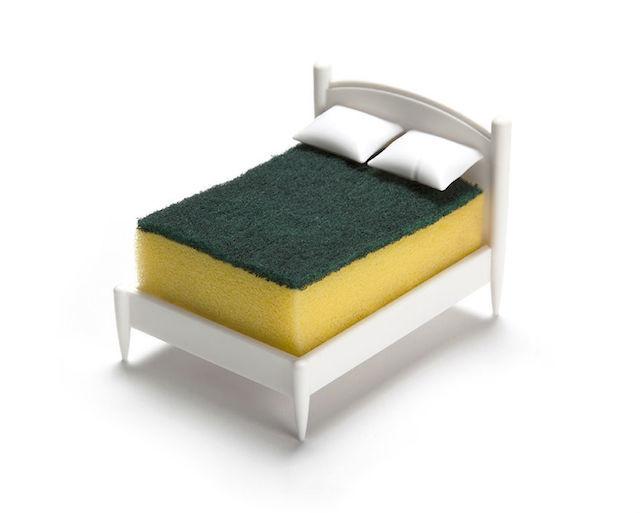 文字通り、スポンジのためのベッドです。彼らは毎日ボロボロになるまで削られる重労働をこなしていますが、キッチンに彼らを癒す芭蕉はありません。そんなのおかしいじゃないか、ということでデザインされたのが、スポンジ専用のベッドという名目のスポンジスタンド「Clean Dreams」です。1