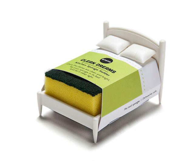 文字通り、スポンジのためのベッドです。彼らは毎日ボロボロになるまで削られる重労働をこなしていますが、キッチンに彼らを癒す芭蕉はありません。そんなのおかしいじゃないか、ということでデザインされたのが、スポンジ専用のベッドという名目のスポンジスタンド「Clean Dreams」です。4