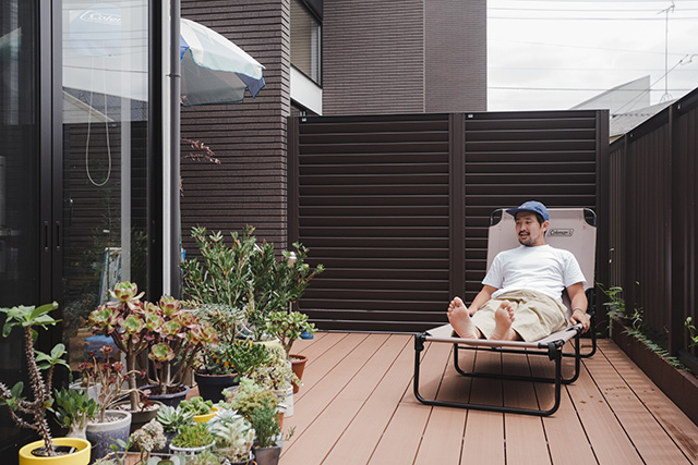 植物とカメラとスケボーとコンバースオールスターが趣味のアパレルブランドで働くデッキとロフト付きのおしゃれな緒方裕さんの部屋_2