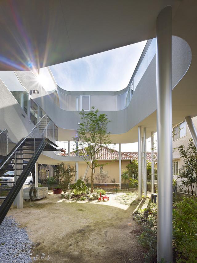 瀬戸内海・宮島の絶景を眺めるための、1枚板でできたドーナツ・ハウスである、岡田公彦建築事務所によるおしゃれでデザイナーズな住宅、戸田邸_1