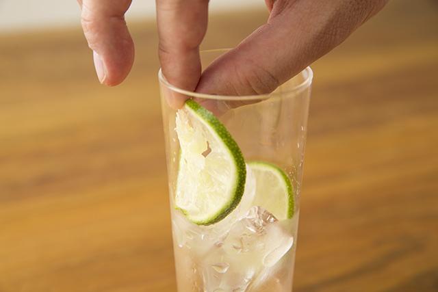 メイスイのソーダメーカーであるSODA MAKERを使って家で夏に飲みたい簡単でおしゃれな紅茶とみかんとモヒート風ミントのハイボールを作る_4