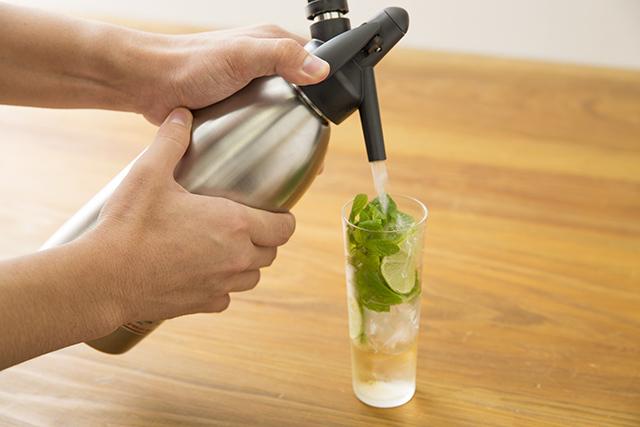 メイスイのソーダメーカーであるSODA MAKERを使って家で夏に飲みたい簡単でおしゃれな紅茶とみかんとモヒート風ミントのハイボールを作る_5