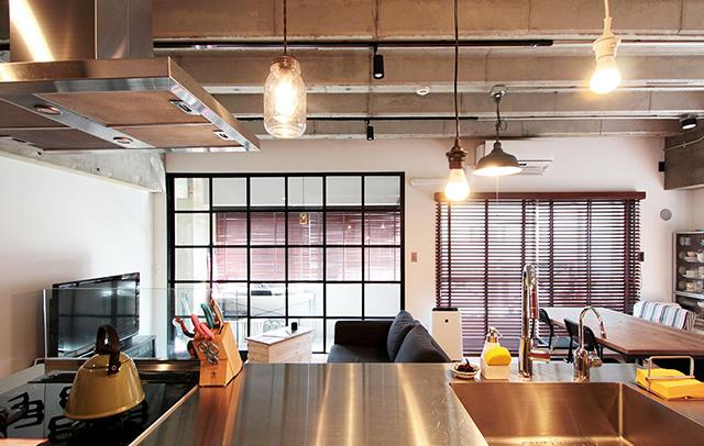 天井高と広さにこだわった中古マンションのリノベーション事例。「rough nude」をコンセプトにコンクリート現しや長い土間、インナーテラスなどで独特の空間を実現した、職場から近い夫婦二人住まいのゲストハウス的デザイン。1