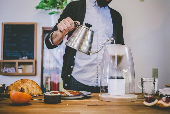 デザインスタジオManualによるコーヒーやティーを淹れる時間を楽しむ美しくおしゃれなガラスと木のコーヒーメーカー_5