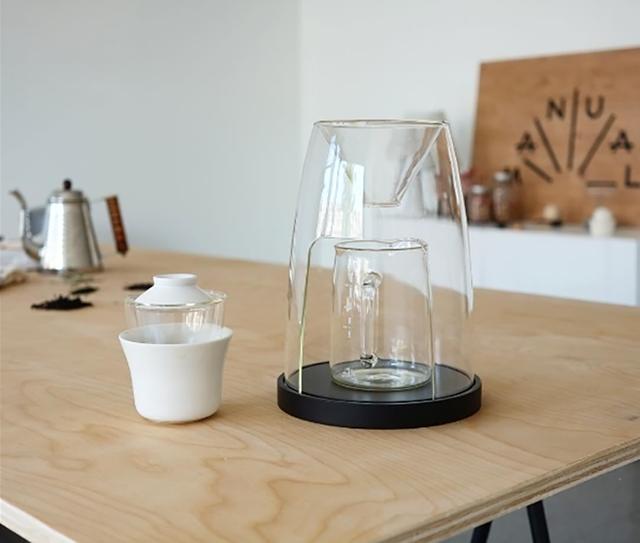 デザインスタジオManualによるコーヒーやティーを淹れる時間を楽しむ美しくおしゃれなガラスと木のコーヒーメーカー_1