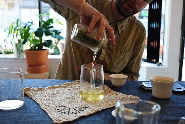 デザインスタジオManualによるコーヒーやティーを淹れる時間を楽しむ美しくおしゃれなガラスと木のコーヒーメーカー_9