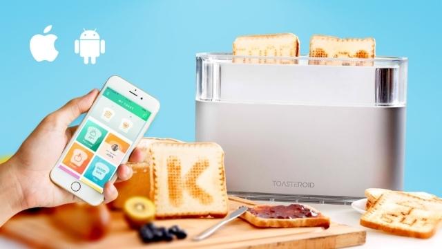スマホアプリを使って、焦げ目でメッセージを描けるトースター「Toasteroid」のご紹介。IoT時代には、トースターもスマホと連動するんですね。パンを2枚までセット可能で、そこに1枚ずつ別々の絵を書くことができます。7