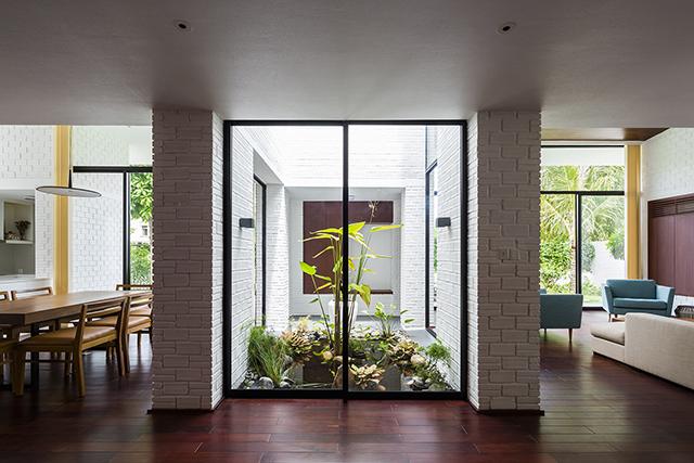 ベトナムのホーチミンとハノイにオフィスを構える設計事務所Vo Trong Nghia Architectsによる屋上に植物を植えて都会で自然が感じられるHoan House_6