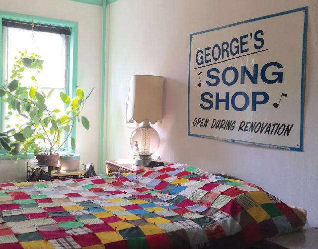 アメリカ・NY Brooklyn Williamsburg(ウィリアムズバーグ)で、アンティークの思い出の品に囲まれておしゃれに暮らす夫婦_8