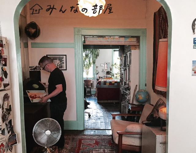 DarinさんとKaoriさんは、国際結婚を経て、NYに長年暮らすカップル。彼らの部屋は、今大人気のエリアで、マンハッタンよりも家賃が高くなっているウィリアムズバーグにあります。
