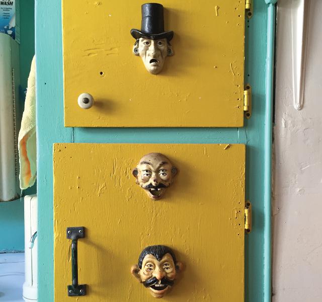 アメリカ・NY Brooklyn Williamsburg(ウィリアムズバーグ)で、アンティークの思い出の品に囲まれておしゃれに暮らす夫婦_16