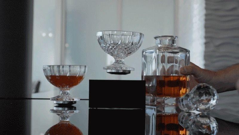 電磁サスペンションを利用して宙に浮くグラス「Levitating Cup」がクラウドファンディングで資金調達に成功し、現在オーダー可能となっています。最安の土台とグラスの組み合わせで179ドル。INDIEGOGOのプロダクトページより購入可能。top